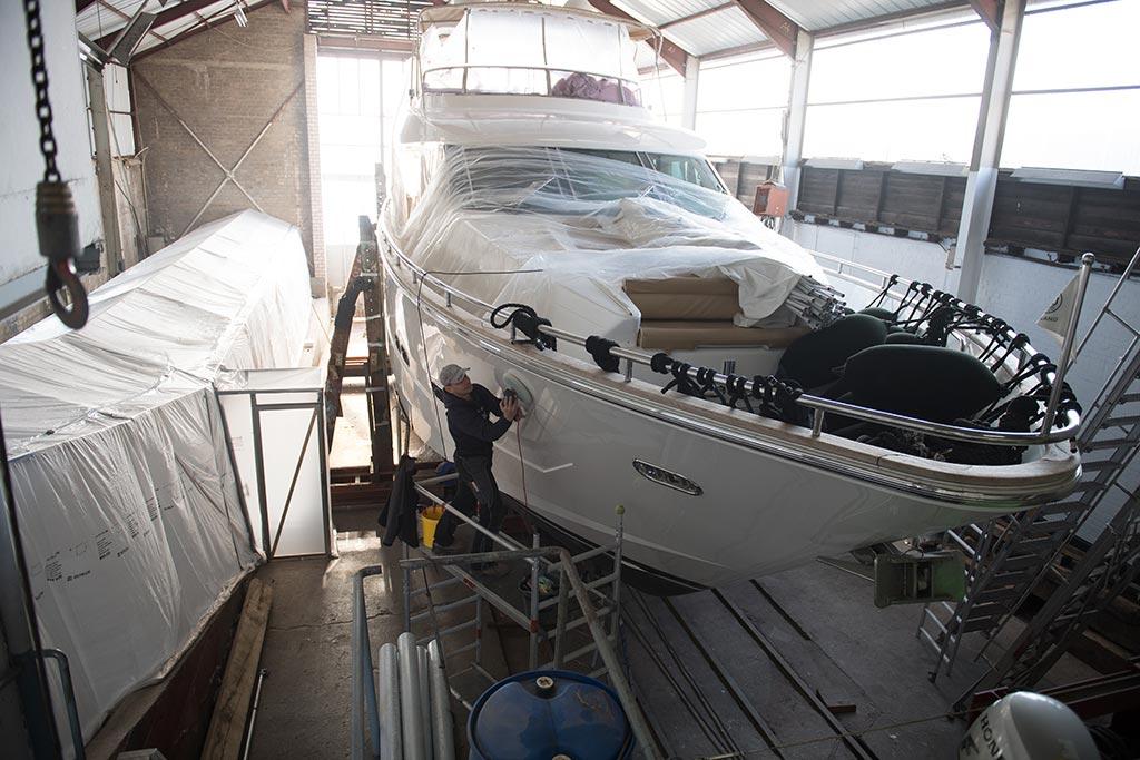 Segelboot in Bootshalle, Bootsbau