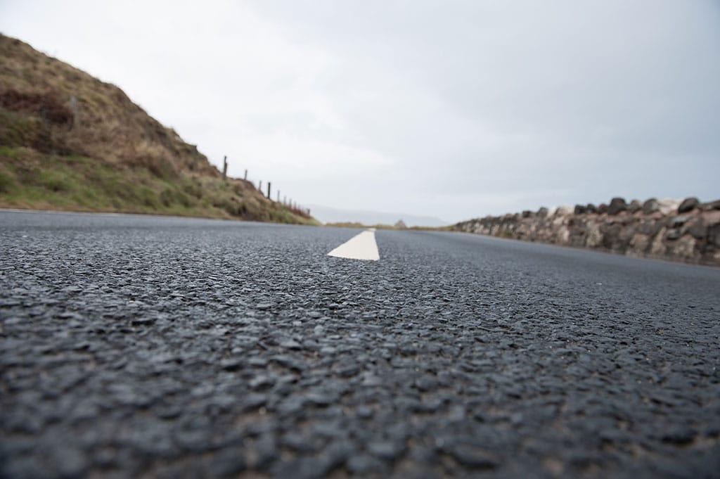 Leere Straße in Irland