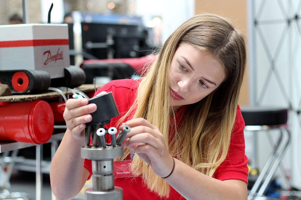 Ronja Wird Industriemechanikerin bei Danfoss