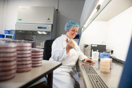 Rikke: Milchwirtschaftliche Laborantin bei DMK