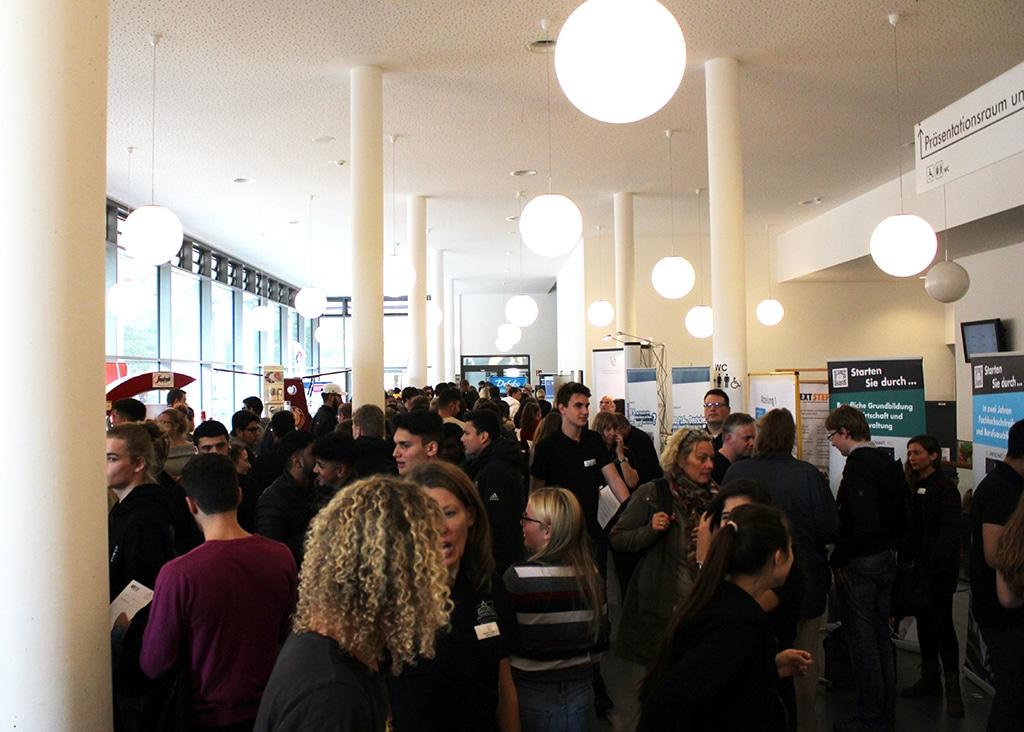 Bunt gemischt und dicht gedrängt – Die Berufs- und Ausbildungsmesse NEXTSTEP am RBZ Wirtschaft in Kiel