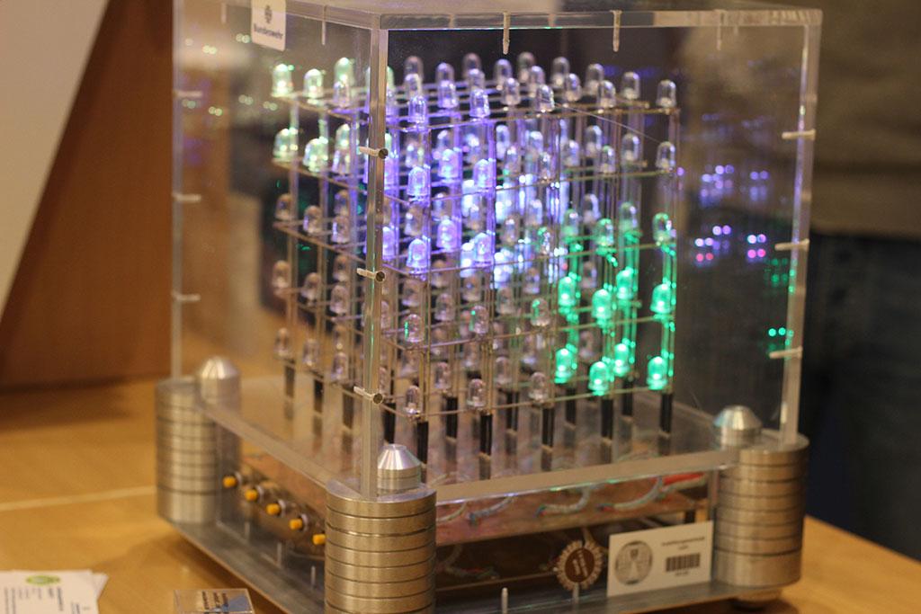 Dreidimensionaler LED Würfel auf dem Berufsinformationstag der beruflichen Schule in Niebüll