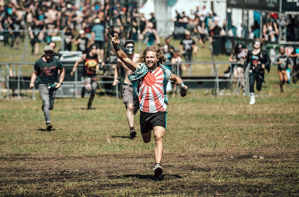 Metallbegeisterte feiern das Wacken Open Air Festival