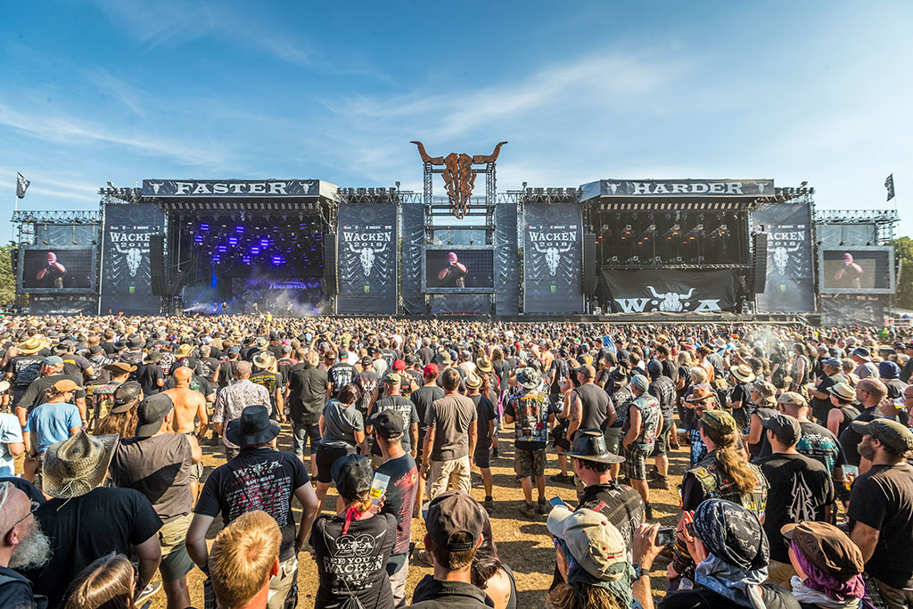 Das Wacken Open Air Festival hat 85.000 Zuschauer.