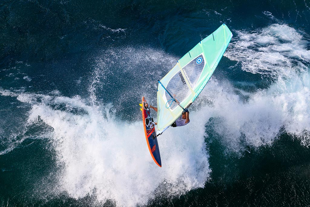 Windsufer Leon Jamaer beim Windsurfen in Maui