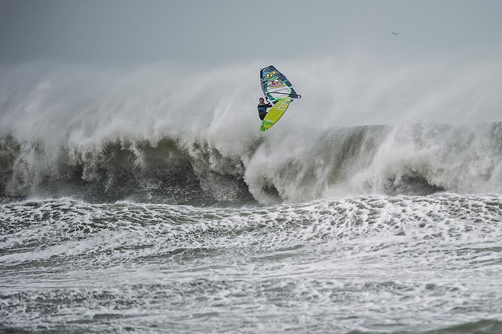 Windsufer Leon Jamaer beim Windsurfen im Storm-Chase in Cornwall