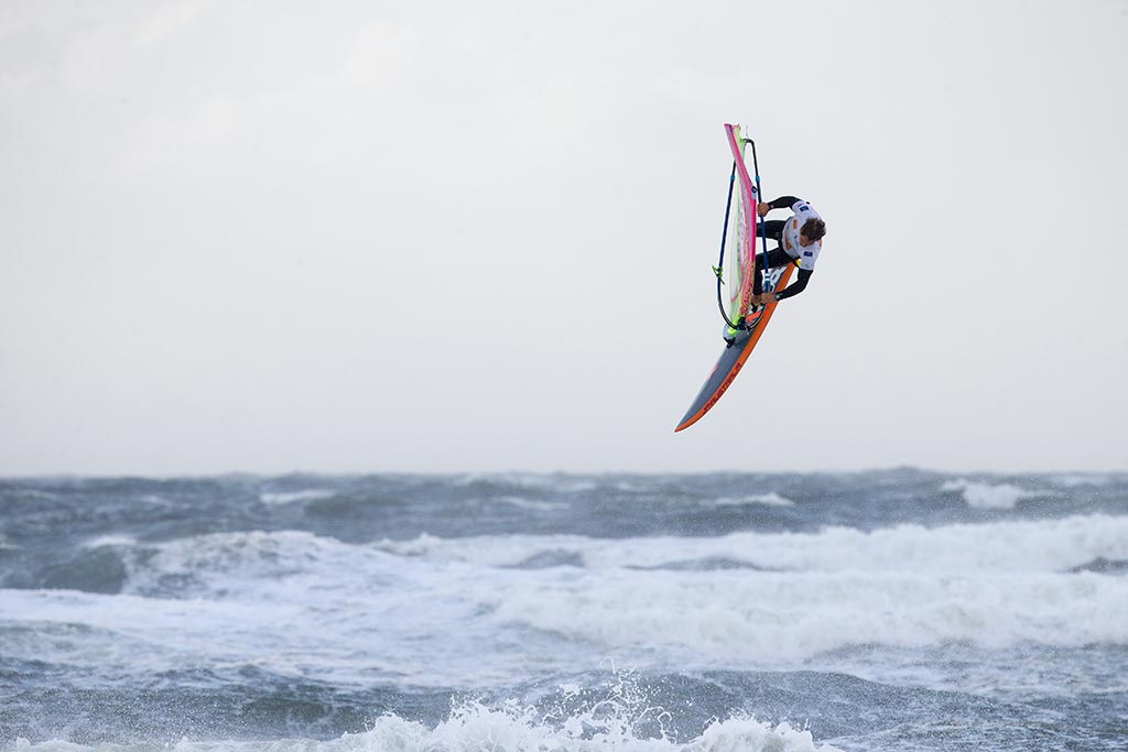 Windsufer Leon Jamaer beim Windsurfen auf Sylt