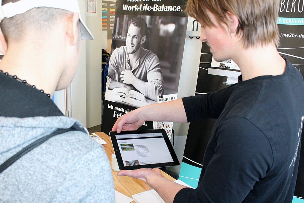 Julian zeigt die ME2BE Homepage auf der Tellingstedter Jobmesse
