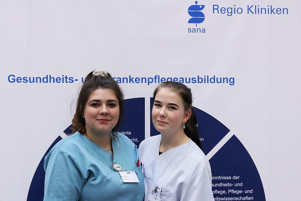 Virginia und Michelle werden Gesundheits- und Krankenpflegerinnen bei den Regio Kliniken Lehrstelleninfotag