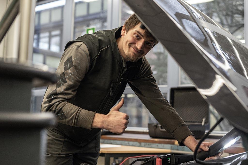 André wird KFZ-Mechatroniker an der Beruflichen Schule in Husum