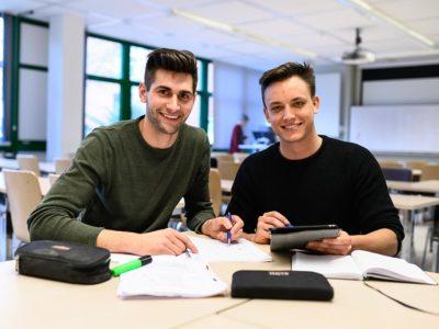 Christopher (links) und Lennhard rechts beim Mathevorkurs der Hochschule Flensburg