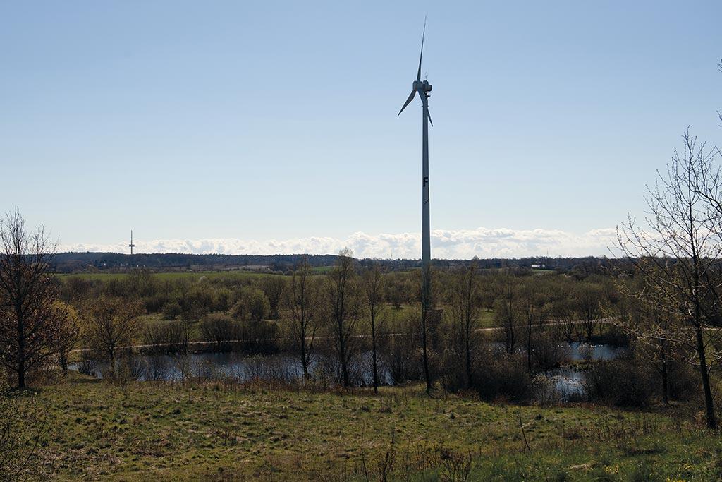 Eine Windkraftanlage auf Campus der Hochschule Flensburg