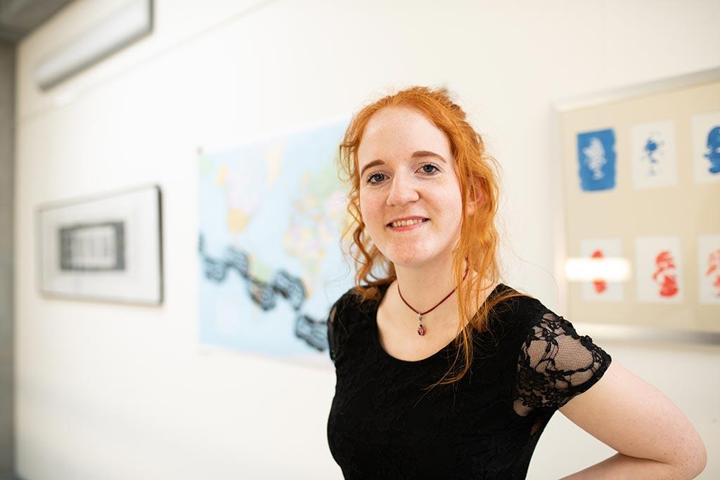 Nele studiert 'Kunst und visuelle Medien' sowie Englisch an der EUF.