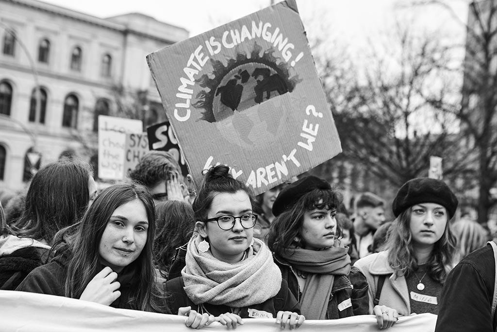 Fridays For Future, vier junge Frauen bei der Demo in Berlin