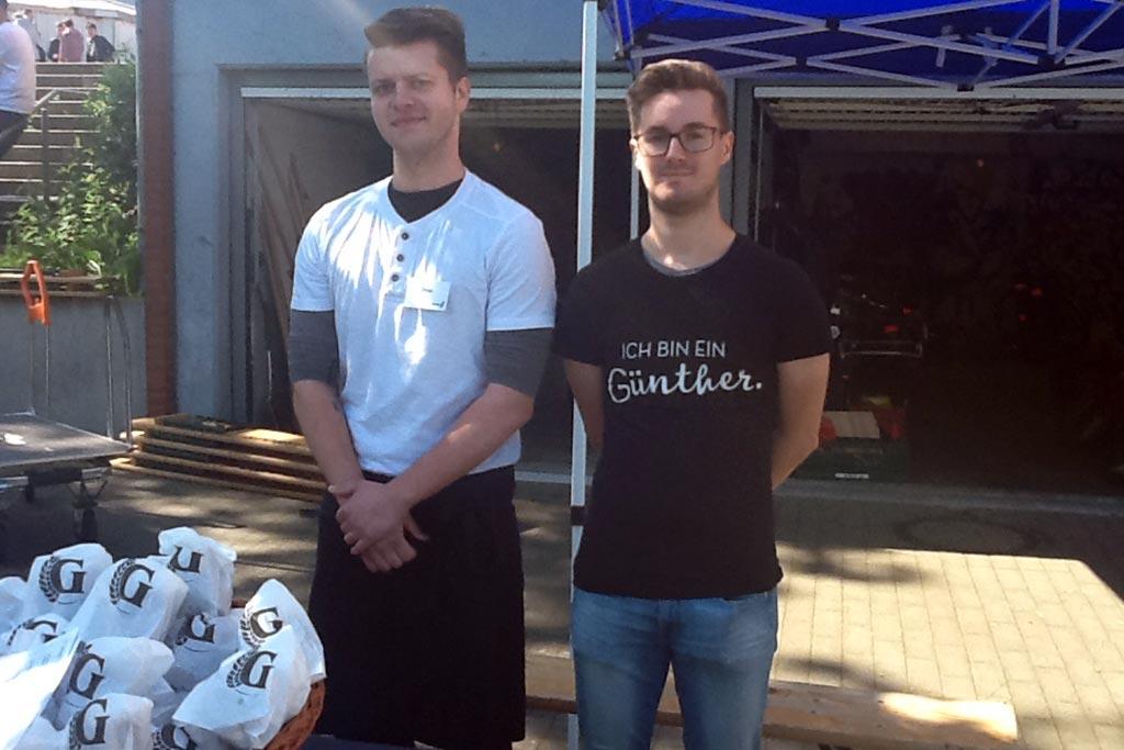 Die Auszubildenden Dylan und Tobias am Messestand der Bäckerei Günther.