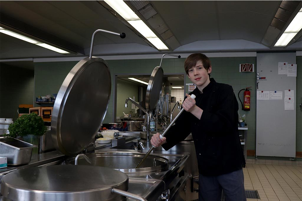 Niclas (14) hat während seines Praktikums als Koch bei den Kieler Stadtwerken viele positive Erfahrungen gesammelt.
