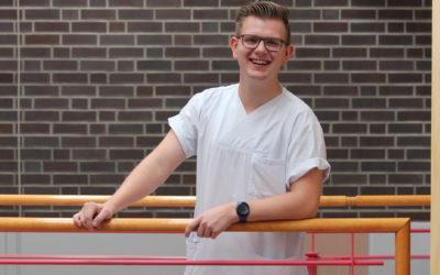 Tom (19) findet die Ausbildung am UKSH wegen der Vielseitigkeit super.