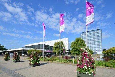 Das Verwaltungsgebäude (rechts) und das Audimax der Christian-Albrechts-Universität zu Kiel. Foto: Jürgen Haacks/Uni Kiel