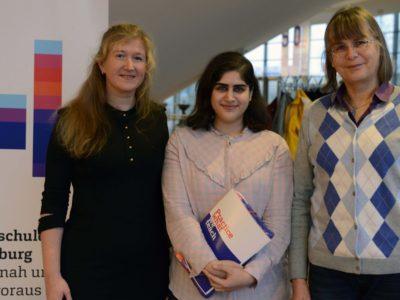 Starkes Engagement: Behnush Taherrakee wurde mit dem DAAD-Preis ausgezeichnet. Es gratulieren Valentina Kluge (li.) und Ute Sachau vom International Office.