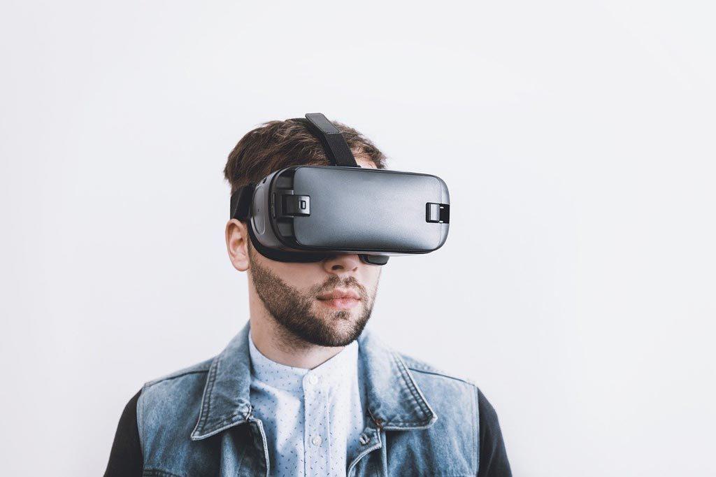 Portrait eines Mannes mit einer VR-Brille auf dem Kopf