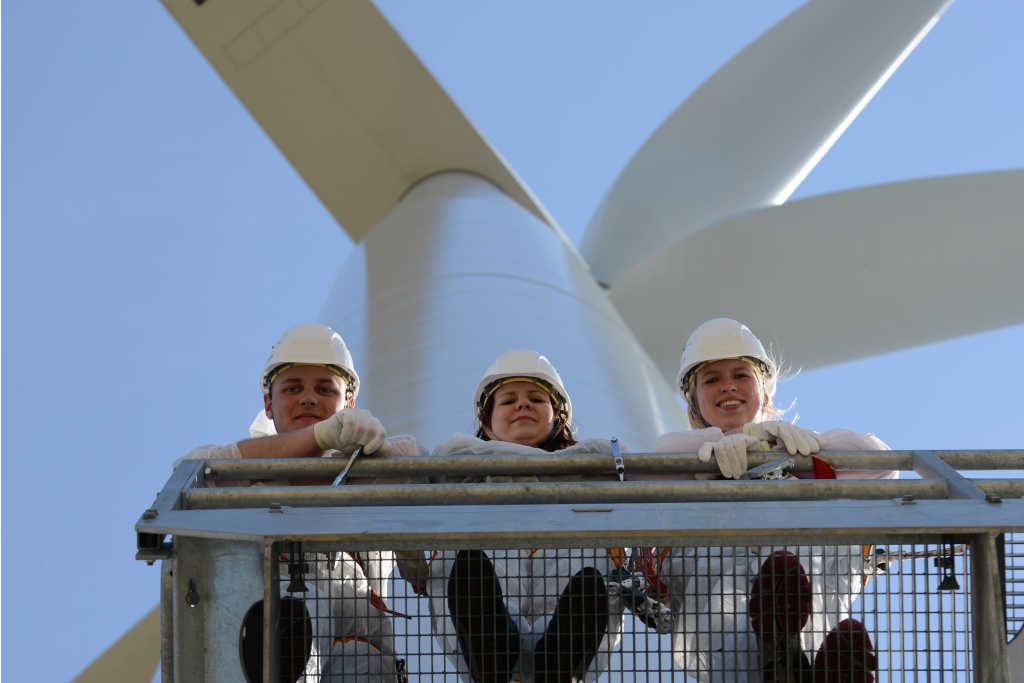 Studenten vor einem Windkraftwerk