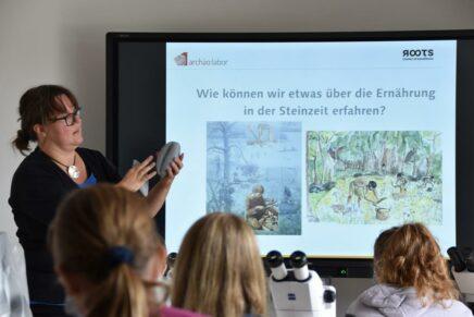 Schulklassen erhalten Einblicke in das Leben der Jungsteinzeit